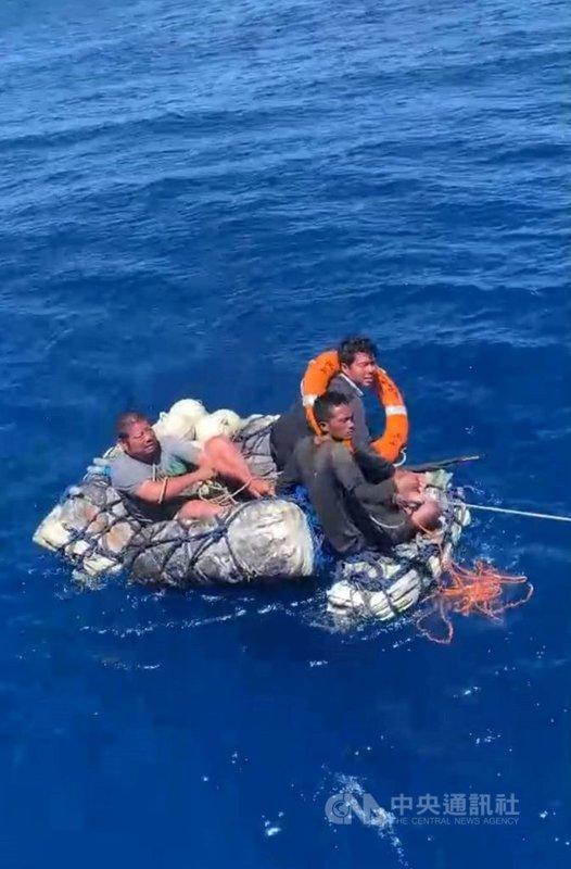 屏東琉球籍漁船「漁順昇168號」5日晚間觸礁船半沈,船員利用船的殘骸綁成浮板求生,4名船員中3人直到7日上午被「綠島之星3號」救起。(民眾提供)中央社記者郭芷瑄傳真 110年5月7日