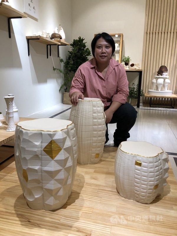 國立台灣工藝研究發展中心策劃的「鍛.練」工藝跨域展7日起在台中市展出,陶藝家陳瓊茹展出結合3D列印技術的作品「鼓凳新藝」。中央社記者郝雪卿攝 110年5月7日