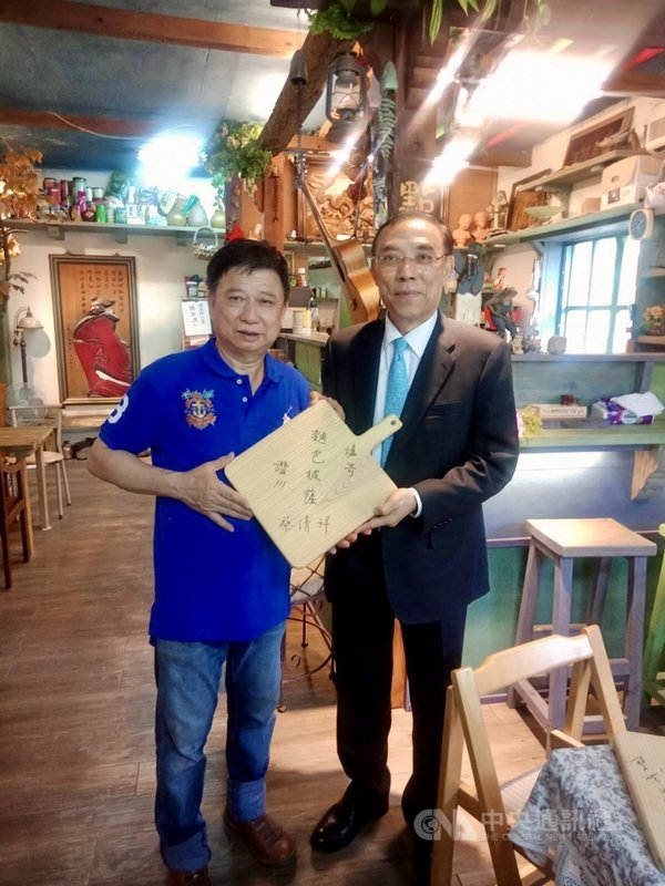 法務部長蔡清祥(右)7日前往新竹爐哥烤披薩拜訪,慰問鼓勵多年前妻子因車禍過世的負責人許興爐(左)。(法務部提供)中央社記者蕭博文傳真 110年5月7日