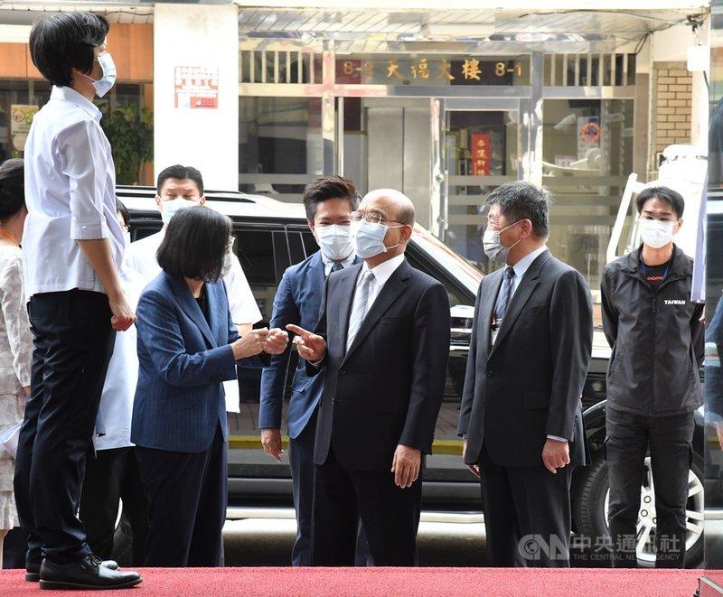 總統蔡英文(左2)、行政院長蘇貞昌(右3)與衛福部長陳時中(右2)7日在台北參訪「台灣國家婦女館」,3人在入館前短暫交談。中央社記者王飛華攝  110年5月7日