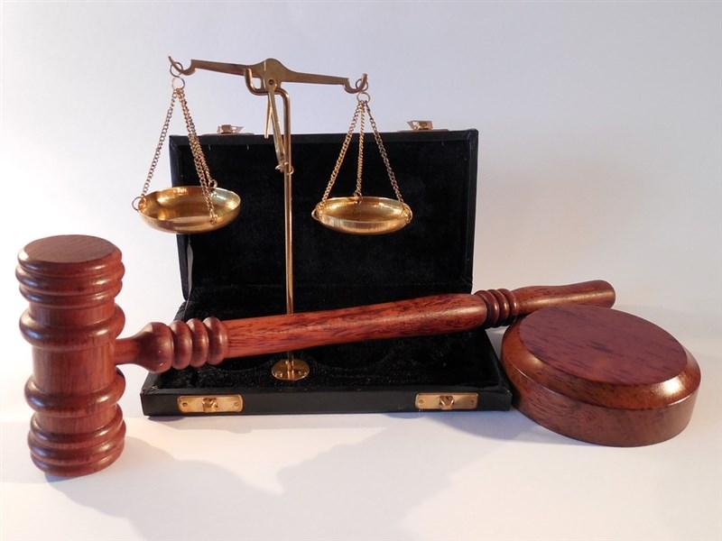 前最高法院法官蕭仰歸為被控肇逃的兒子關說前高院法官高明哲,二審逆轉判無罪。台北地檢署偵辦後,7日依枉法裁判罪起訴,並請法官褫奪公權。(示意圖/圖取自Pixabay圖庫)