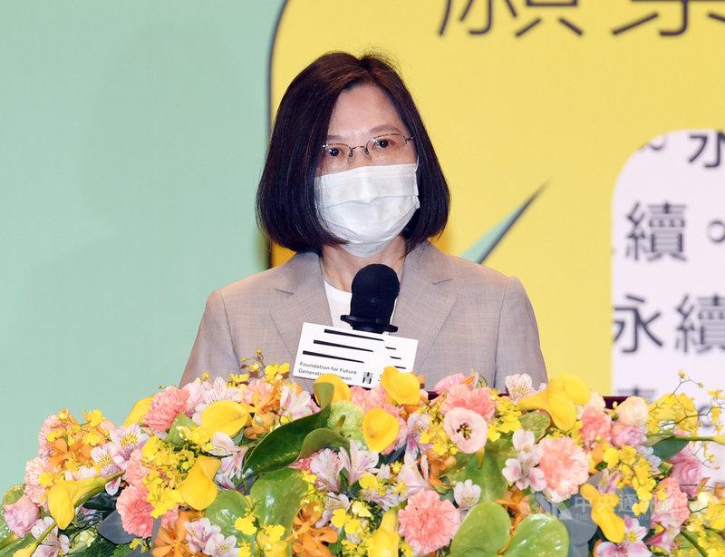 總統蔡英文8日出席青平台基金會「台灣.下一步.永續民主」論壇致詞表示,她在世界地球日提出了2050淨零排放目標,這就是國家整體的轉型,政府已經動起來了,規劃台灣的30年願景;「我們每一代台灣人都有一個最嚴肅的使命,就是要把一個更好的國家交給下一代」。中央社記者施宗暉攝 110年5月8日