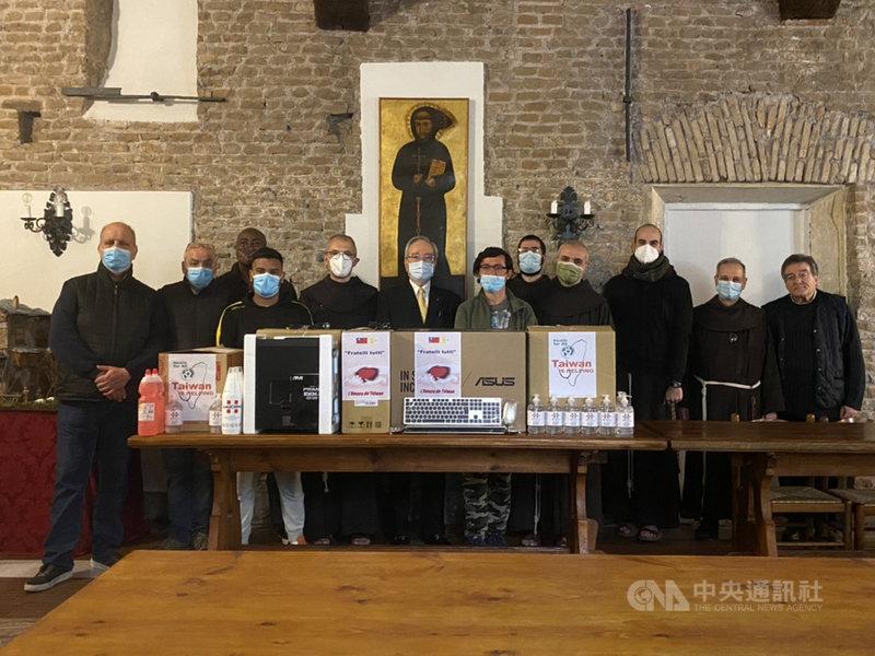 駐教廷大使李世明(前排左5)代表台灣捐贈羅馬河畔聖方濟各教堂一批電腦和防疫物資,幫助青年遊民收容計畫。(駐教廷大使館提供)中央社記者黃雅詩羅馬傳真 110年5月8日