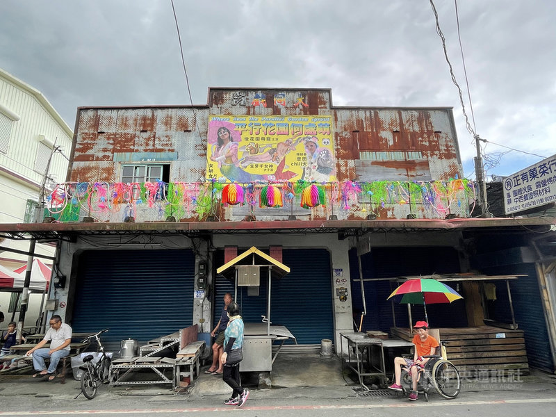 花蓮壽豐鄉豐田社區內有一間大同戲院,隨著當地產業出走後,塵封已逾40年,近期戲院重新被打開,不再放映電影,而是邀請藝術家進駐創作。中央社記者張祈攝 110年5月8日
