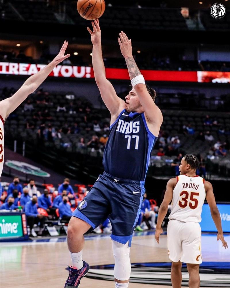 NBA達拉斯獨行俠得分之鑰唐西奇(中)7日獨得24分,生涯總得分突破5000大關,並助球隊以110比90大勝克里夫蘭騎士。(圖取自instagram.com/dallasmavs)