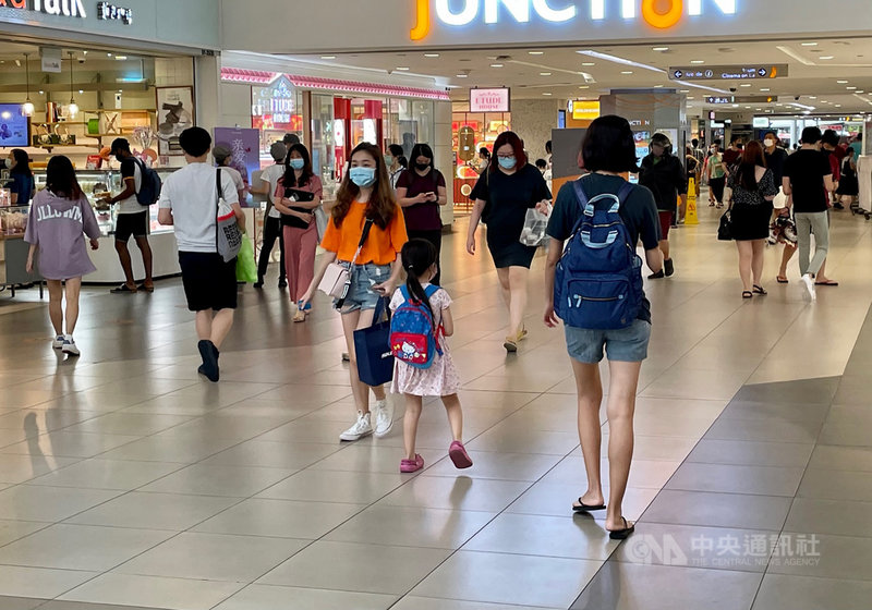 新加坡疫情升溫,8日起實施額外防疫措施,限制社交聚會最多5人,但碧山地鐵站附近的商場人潮未明顯減少。中央社記者侯姿瑩新加坡攝 110年5月8日