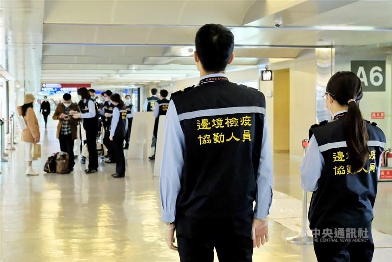 印度疫情嚴峻,41名國人及3名持居留證外籍者8日中午搭機回台,其中4人通報近期有疑似症狀,已在機場採檢。圖為桃園機場旅客檢疫。(中央社檔案照片)