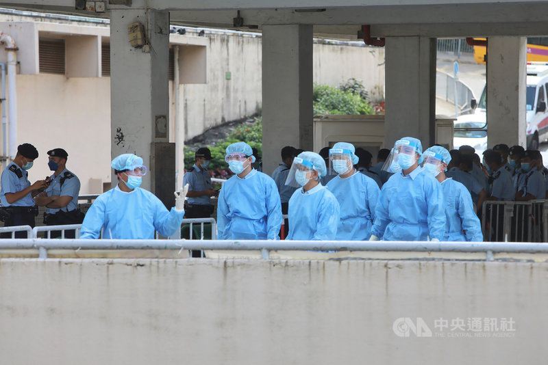 香港近期爆發COVID-19變種病毒本土疫情,據港媒8日報導,官方調查疫情擴散指向一對外籍情侶涉嫌瞞報行程。圖為當局7日封鎖這對情侶去過的柴灣一棟大樓。(中通社提供)中央社 110年5月8日
