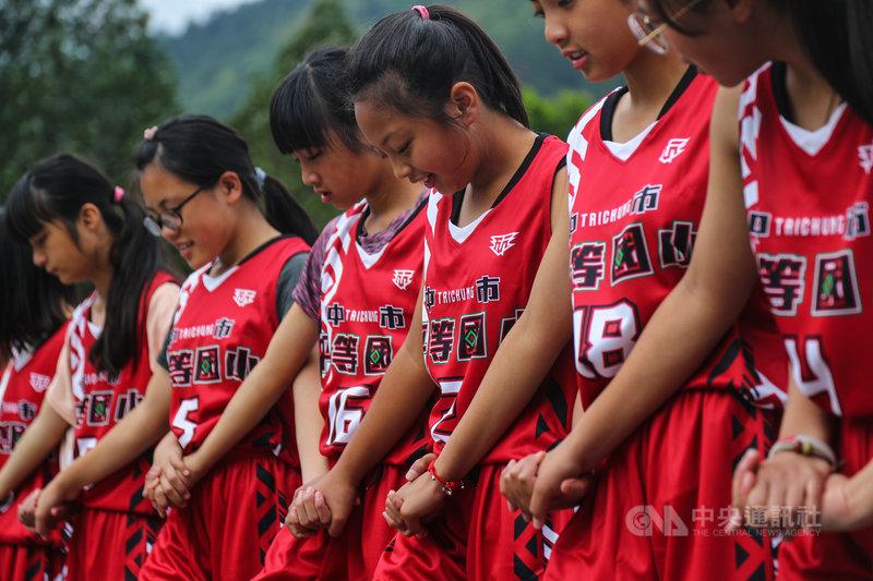 台中市和平區平等國小女籃隊穿上泰雅族特有菱形圖騰的全新戰袍亮相,9日將代表台中出征109學年度國小籃球聯賽。中央社記者王騰毅攝 110年5月8日