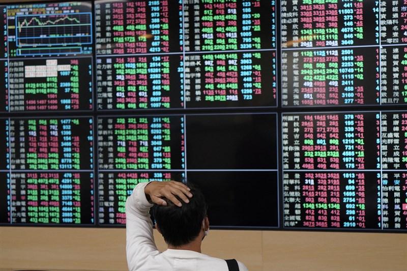 台股7日收在17285點,較前一週下跌281.66點,跌幅約1.6%。(中央社檔案照片)