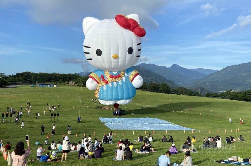 台東縣政府為今年熱氣球嘉年華打造的HELLO KITTY造型熱氣球8日亮相,在晨曦照射下,穿著布農族的「凱蒂貓」掀起熱潮。中央社記者盧太城台東攝 110年5月8日