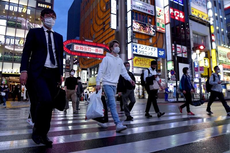 COVID-19疫情未歇,日本政府從4月25日到5月11日,針對東京都、大阪府、兵庫縣及京都府4都府縣,發布「緊急事態宣言」。圖為日本東京新宿街頭。(共同社)