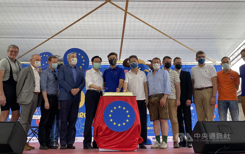 2021歐洲節5月8日在台北華山文創園區登場,外交部長吳釗燮(左五)及歐洲經貿辦事處處長高哲夫(中)等人出席致詞。中央社記者鍾佑貞攝 110年5月8日