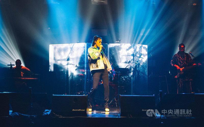 歌手A-Lin(中)7日在大直ATT SHOWBOX舉辦首場Romadiw演唱會,演唱會名稱Romadiw取自阿美族語「一起來唱歌」之意,除了邀請歌迷同樂,也代表A-Lin找回當歌手的初衷。(众悅娛樂提供)中央社記者王心妤傳真  110年5月8日