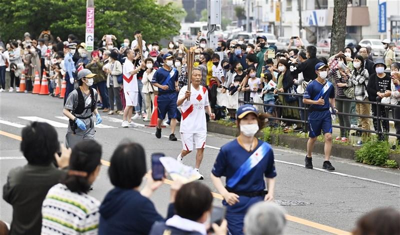 東京奧運預計7月23日開幕,但面對主辦城市東京都及日本境內多處地區疫情未見趨緩現況,讓日本國內外要求停辦東奧的聲音變大。圖為東京奧運聖火傳遞8日行經長崎縣。(共同社)