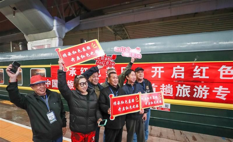 中共今年建黨屆滿百年,全國各地鐵路部門推出「紅色專列」,結合教育和旅遊經濟雙重目的「紅色旅遊」迎來新一波熱潮。(中新社)