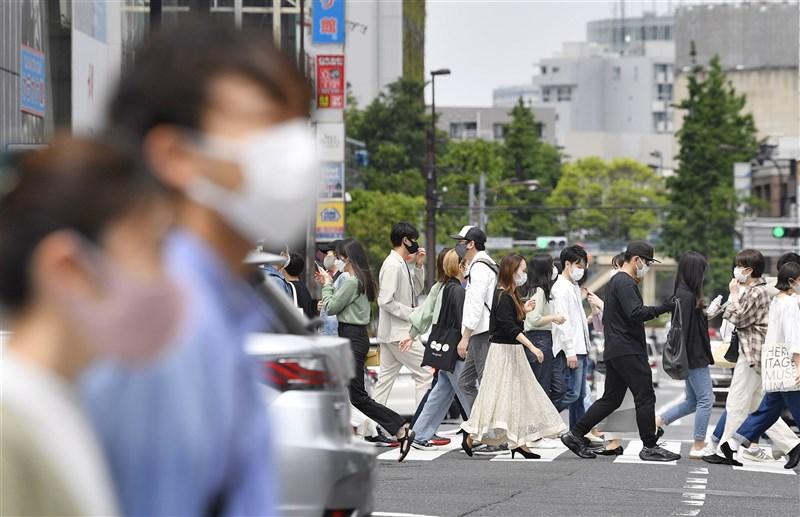 日本境內疫情燒不停,8日全境總計新增逾7000例。最嚴峻的東京都與大阪府,新增確診病例雙雙逾千。圖為8日東京街頭。(共同社)