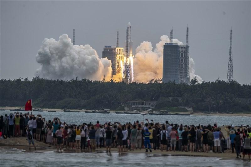 中國發射的長征五號B遙二火箭在不受控制情況下墜落,部分殘骸可能落在地球未知地點。圖為中國民眾觀看長征火箭發射升空。(中新社)