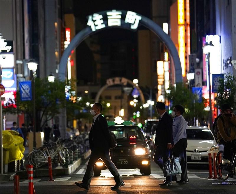 日本政府決定,東京都、大阪府等4都府縣實施的中央層級「緊急事態宣言」解禁日從5月11日延長到5月31日。且從12日起追加愛知、福岡這2縣適用緊急事態宣言。圖為7日晚間日本愛知縣名古屋榮商圈人潮。(共同社)