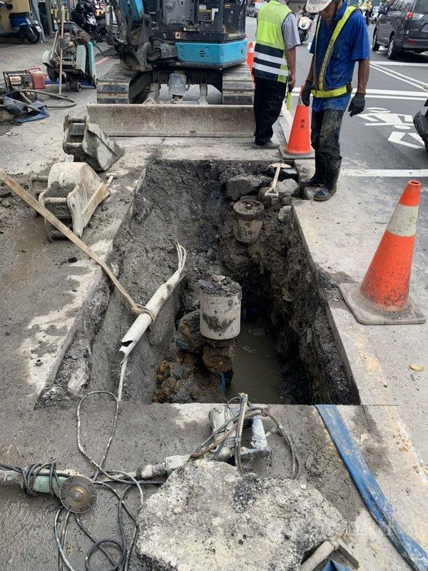 新北市蘆洲區永安南路發生水管破裂,自來水公司8日表示,已進場施工暫時止水,並開挖積極尋找漏水點後修復。(自來水公司提供)中央社記者黃旭昇新北傳真    110年5月8日