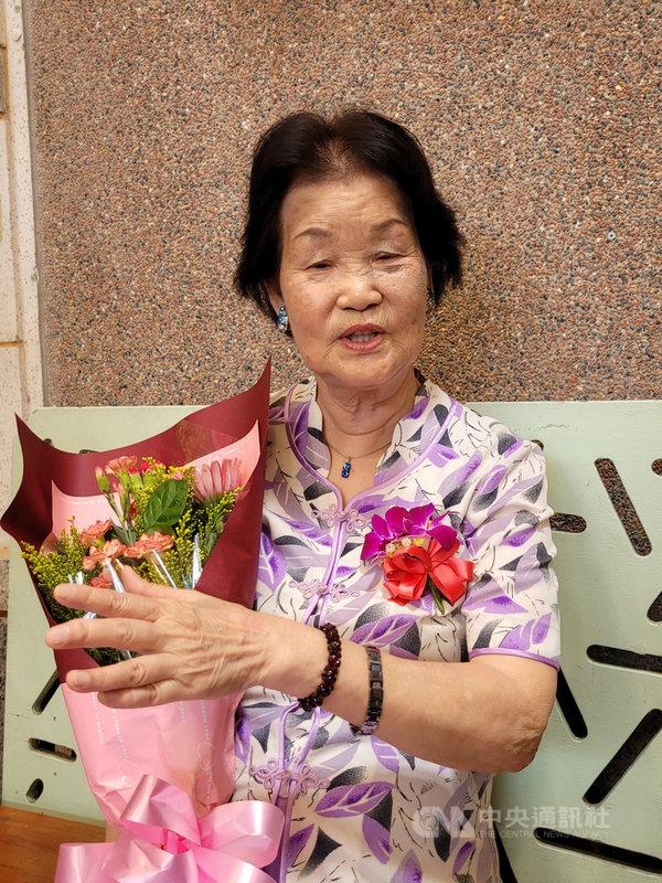 獲宜蘭縣政府選為今年模範母親的鄭林金繁,今年83歲,早年受制社會舊觀念,無緣升學,但她婚後不間斷學習,集教師、傑出農民、詩人、書法家於一身,8日開心接受縣府表揚。中央社記者沈如峰宜蘭縣攝  110年5月8日