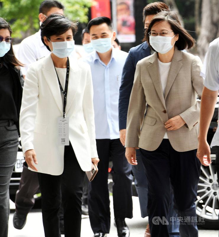 總統蔡英文(前右)8日在台北出席「青平台基金會『台灣.下一步.永續民主』論壇」,與青平台基金會董事長、前文化部長鄭麗君(前左)一同步入會場。中央社記者施宗暉攝 110年5月8日