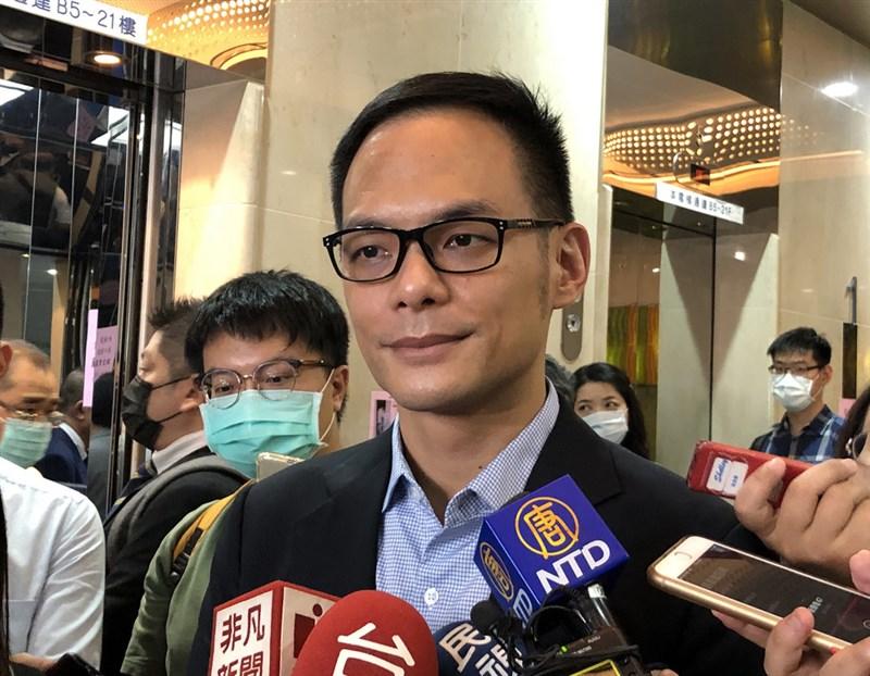 台灣大哥大總經理林之晨(前)表示,比特幣整體市值已突破1兆美元,帶動區塊鏈產業市值突破2.2兆元,超過台股市值。(中央社檔案照片)