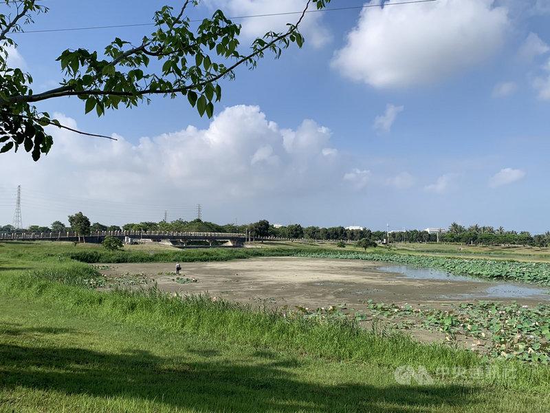 高雄市政府水利局整備全市16處滯洪池並排空,以因應即將到來的汛期,目前滯洪池的水位都已降到低水位,以備蓄洪。中央社記者王淑芬攝 110年5月9日