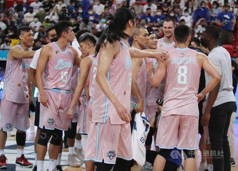 台灣職籃聯盟P. LEAGUE+ 台北富邦勇士9日在主場以106比82擊敗福爾摩沙台新夢想家,將總冠軍賽系列賽扳成1比1平手,選手們賽後在場中開心擊掌致意。中央社記者張新偉攝 110年5月9日