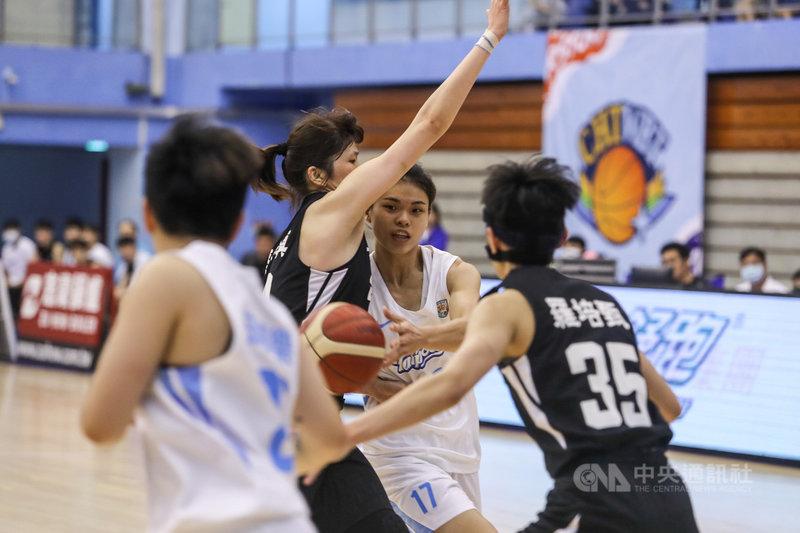 第16屆WSBL女子超級籃球聯賽例行賽9日在台北體育館進行,台電楊芷瑜(右2)突破台元防守傳球,雙方互不相讓,終場台電不敵台元攻勢,以51比79敗下陣來。中央社記者裴禛攝  110年5月9日
