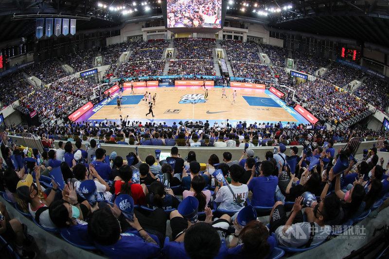 台灣職籃聯盟P. LEAGUE+(簡稱PLG)9日在台北和平籃球館進行總冠軍系列賽第2戰,吸引滿場球迷到場觀戰,為支持球隊加油打氣。中央社記者張新偉攝 110年5月9日