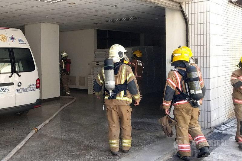衛生福利部台南醫院新化分院9日發生地下室火警,消防局獲報出動人車到場搶救,火勢約1個半小時候撲滅,所幸未造成延燒及人員傷亡。(讀者提供)中央社記者楊思瑞台南傳真  110年5月9日