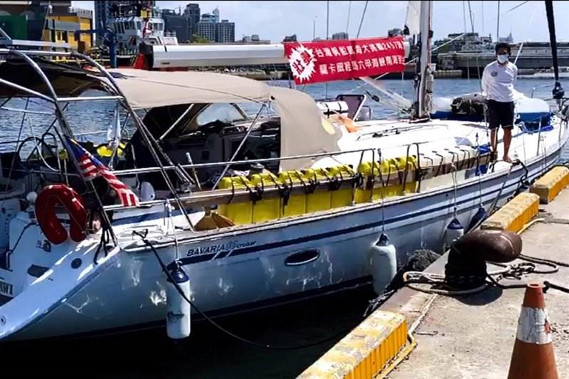 7名台灣籍人士從馬來西亞駕駛一艘帆船於8日抵達台南安平港,因未事先完成入港申報無法檢疫入境。(讀者提供)中央社記者楊思瑞台南傳真 110年5月9日