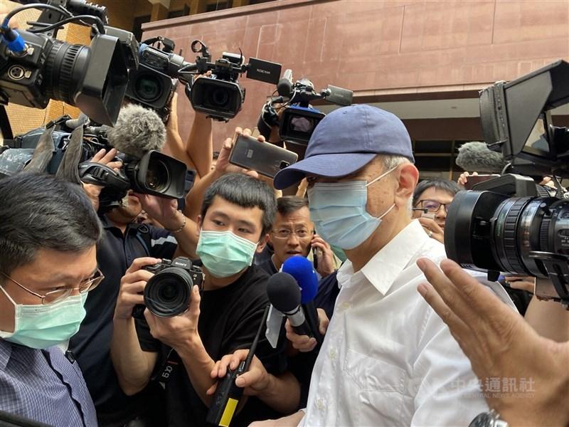 前太流公司負責人李恆隆(白衣者)涉嫌行賄立委,台北地院日前裁定李恆隆自11日起繼續限制出境8個月。(中央社檔案照片)