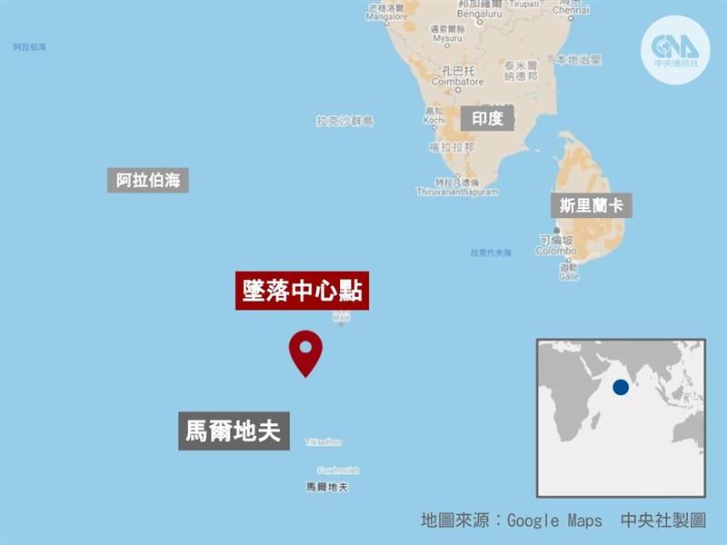 中國長征五號B遙二火箭殘骸9日上午墜落東經72.47度、北緯2.65度的印度洋海域(紅標處),距最近的有人居住島嶼僅約42公里。(中央社製圖)