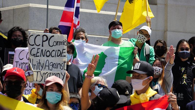 以「奶茶聯盟」名義發起,美西時間8日在洛杉磯市政府前的「團結抗暴政」示威遊行中,可以看到台灣地圖的綠色旗幟。中央社記者林宏翰洛杉磯攝 110年5月9日
