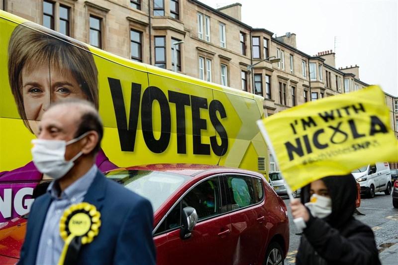 蘇格蘭民族黨8日第4度贏得議會大選,且僅差1席就能取得絕對多數,黨魁施特金表態再次推動蘇格蘭獨立公投,並堅稱英國再沒立場阻止。(圖取自facebook.com/NicolaSturgeonSNP)