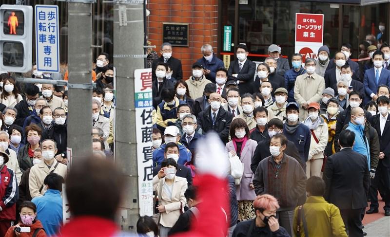 日本疫情正從大都會蔓延到地方,尤其在北海道最為明顯,9日新增506例確診病例再創歷史新高。圖為4月札幌市街頭。(共同社)