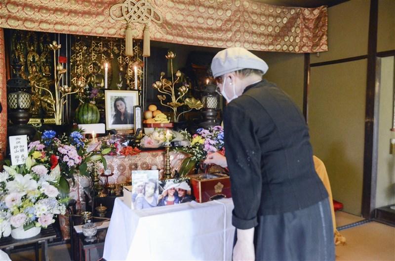 斯里蘭卡女性桑達馬利今年3月在被收容時死亡,引發日本民間對遣返難民修法反彈。圖為愛知縣津島市寺廟4月24日為桑達馬利舉辦法會,民眾前往上香哀悼。(共同社)
