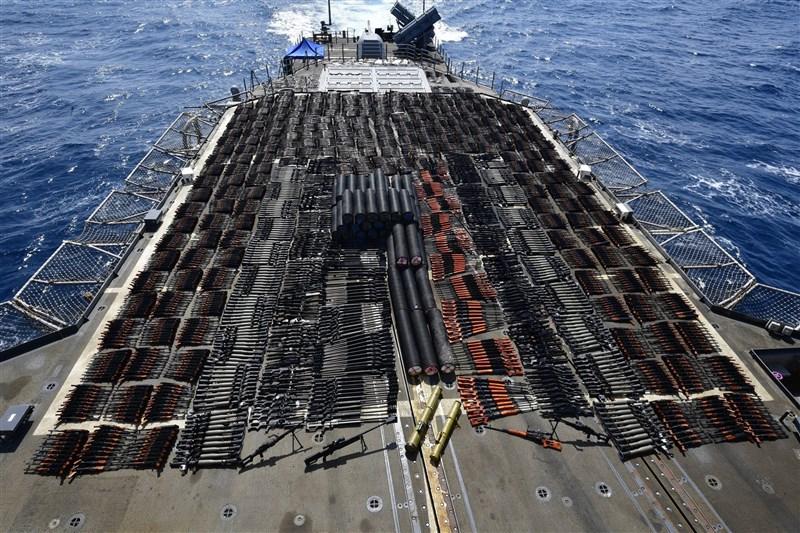 美國海軍第五艦隊表示,美軍日前在北阿拉伯海國際海域一艘無國籍帆船上,查獲大批非法的俄羅斯和中國式武器。(圖取自twitter.com/us5thfleet)