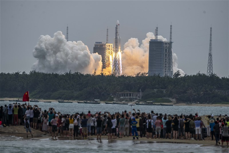 美國太空司令部證實,中國的長征火箭已墜回地球,但目前還不確定殘骸落在何處。圖為長征五號B遙二火箭發射升空。(中新社)