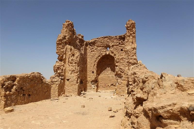 有1500多年歷史的阿奇塞教堂位在伊拉克首都巴格達西南方的埃因塔姆拉,如今現場只剩下殘破的磚塊和紅土牆。(法新社)