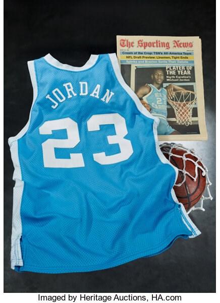 美國「籃球之神」喬丹1982至83年球季在北卡羅來納大學時穿過的球衣,8日以138萬美元(約新台幣3800萬元)賣出。(圖取自傳統拍賣公司網頁sports.ha.com)