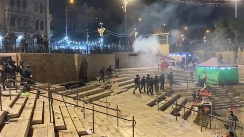 以色列耶路撒冷艾格撒清真寺7日暴力衝突造成200多人受傷,巴勒斯坦人朝以色列鎮暴警察丟擲石塊、瓶子和鞭炮,警方則發射橡膠子彈、催淚瓦斯和閃光彈反擊。(安納杜魯新聞社)
