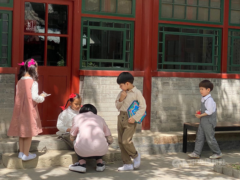 中國社科院人口與勞動經濟研究所副研究員楊舸10日撰文坦言,中國無法避免生育率下降風險,應盡快優化生育政策,讓自主生育權回歸家庭和個體。圖為北京一處景區內出遊的家長與兒童。中央社記者繆宗翰北京攝 110年5月10日