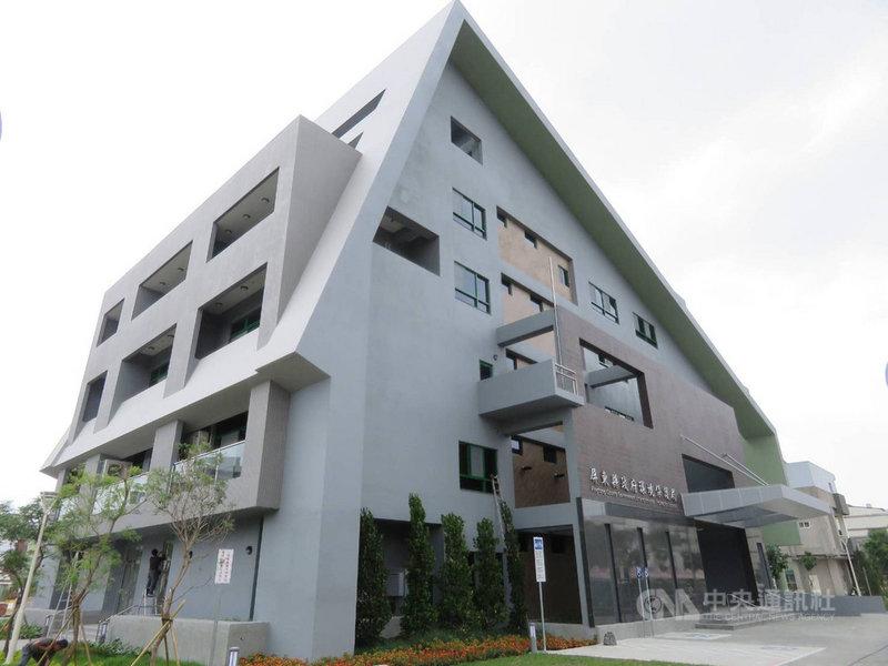 屏東縣政府生態節能大樓10日正式啟用,是全國第一座黃金級的綠建築環保局。(屏東縣政府提供)中央社記者郭芷瑄傳真 110年5月10日