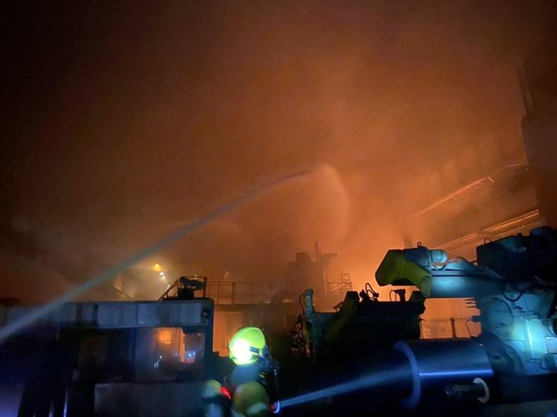 高雄市岡山區的燁聯鋼鐵公司於9日晚間發生火警,火勢一度猛烈延燒逾2小時後才受控制,造成一名員工吸入濃煙送醫。(高雄市消防局提供)中央社記者王淑芬 傳真 110年5月10日