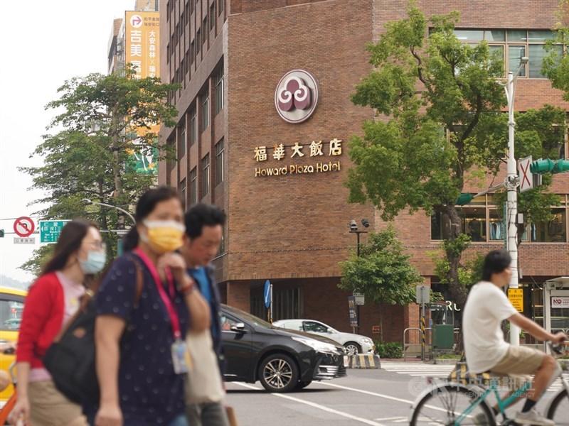 華航染疫機師案1187曾到台北福華大飯店的七賢吧,福華大飯店10日表示,接到消息後就已經進行全館消毒,七賢吧也從10日起停業7天,期滿後會再加強消毒,接觸員工也在家自主健康管理。中央社記者徐肇昌攝 110年5月10日