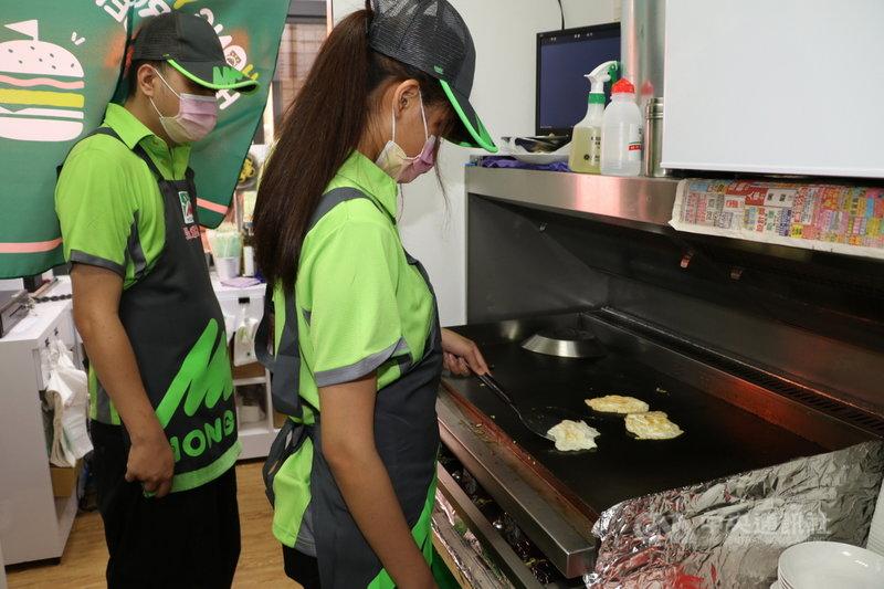 新北市少年培力園今年和連鎖早餐店合作,在泰山區開設公益早餐店,藉由實際職場訓練的模式,幫助弱勢少年與社會接軌。(新北市政府社會局提供)中央社記者沈佩瑤傳真 110年5月10日