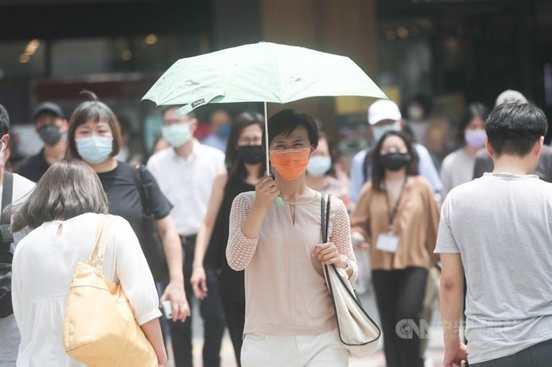 中央氣象局10日表示,台南、高雄恐有攝氏38度極端高溫出現,南投、屏東及嘉義縣市也有逾36度高溫。氣象專家吳德榮提醒,11日至16日因太平洋高壓籠罩,各地晴午後多雲、炎如盛夏。中央社記者吳家昇攝 110年5月10日